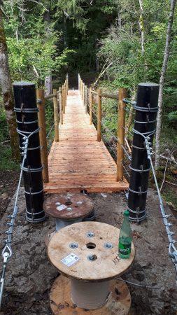 construction passerelle bois suspendue à Lecheraines